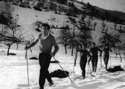 Bal Silvano (Fondatore dello Sci Club Fallere e presidente dello stesso dal 1954 al 1966) con alcuni atleti dello sci club nei dintorni del paese di Arpuilles